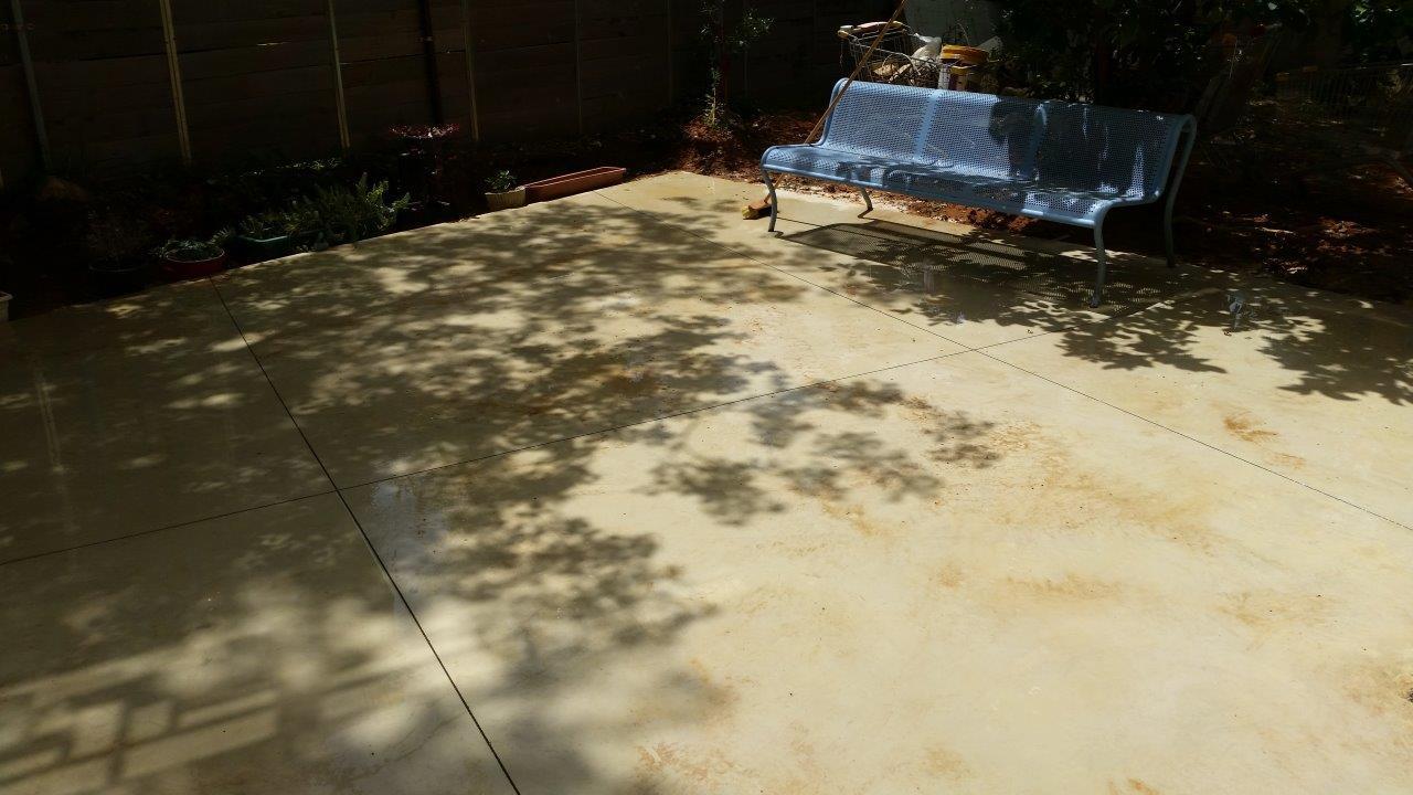 החלקת בטון מוחלק בגינה בטון מוחלק