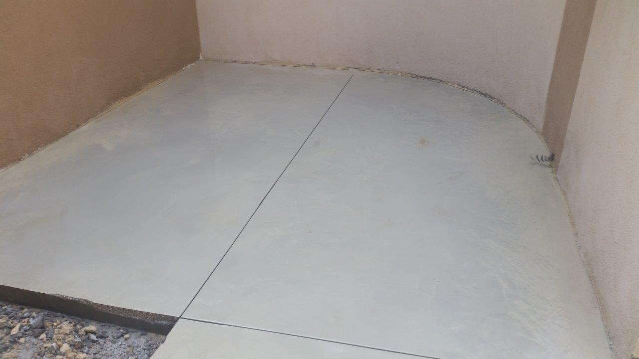 הדבקת קרמיקה על יציקת בטון מוחלק