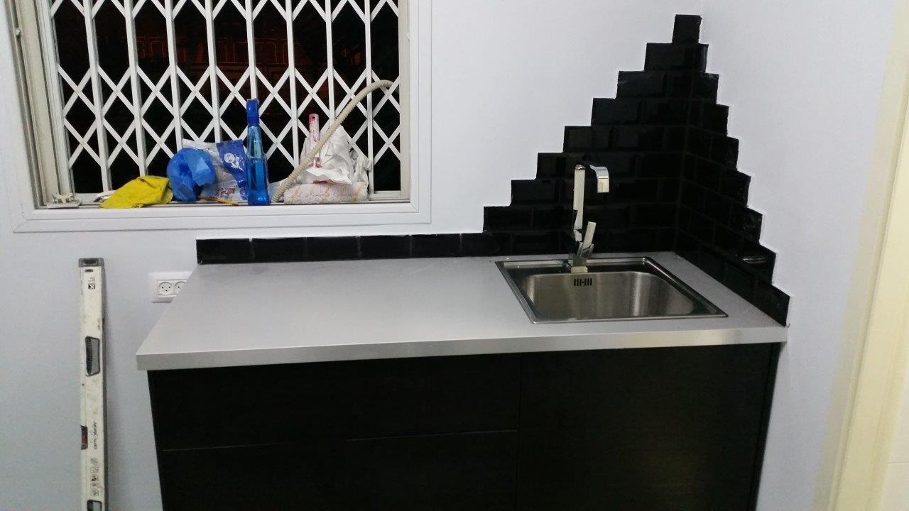 הדבקת קרמיקה במטבחון