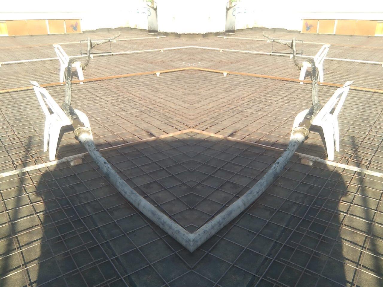 רצפת בטון מוחלק שלב יישום רשתות ברזל