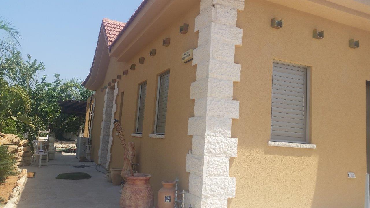שיפוץ קיר חיצוני אחרי שליכט צבעוני